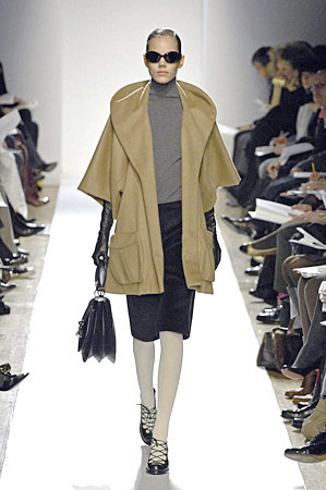 Pair long leather gloves with cropped-sleeved coats or sweaters.